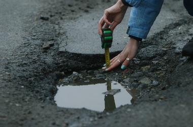 Латання дір на дорогах Кіровоградщини контролюватимуть міжнародні спеціалісти   Докладніше в розділі Латання дір на дорогах Кіровоградщини контролюватимуть міжнародні спеціалісти